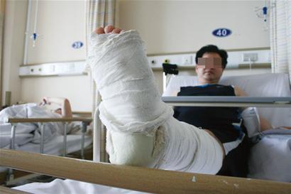 驾校学员油门当刹车 玩手机男子中招撞断腿