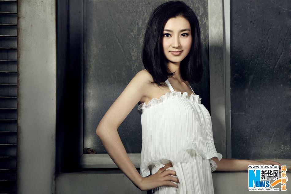 图:眉庄斓曦初夏花系写真 绝美白裙优雅似幽谷百合