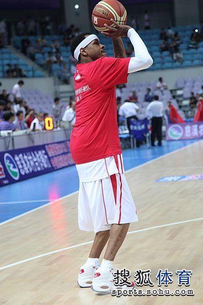 月28日,美国NBA篮球传奇巨星队和CBA新科冠军北京男篮在浙江