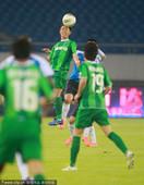 图文:[中超]绿城1-1实德 头球解围