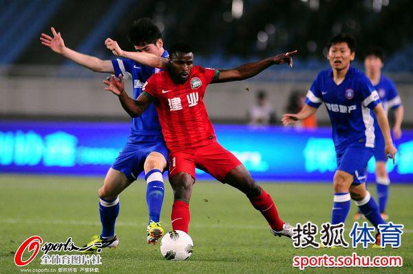 图文:[中超]舜天5-1胜建业 卡通戈控球