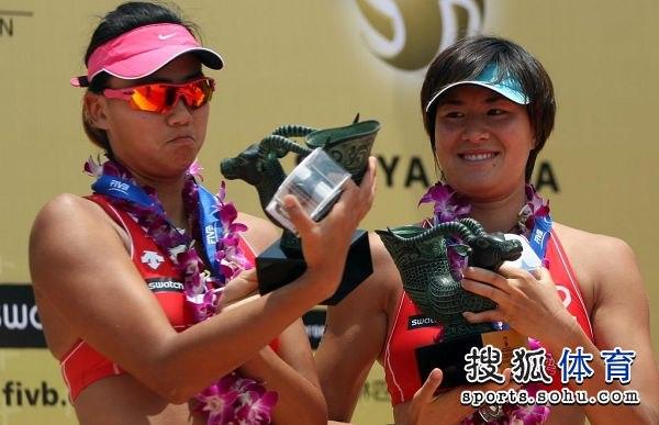 图文:世界沙排巡回赛三亚站 薛晨张希端详奖杯
