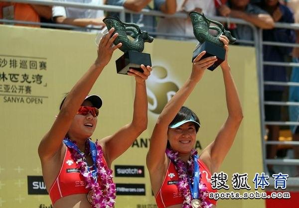 图文:世界沙排巡回赛三亚站 薛晨张希高举奖杯