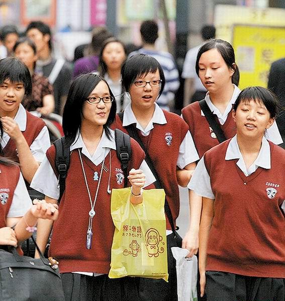 女生 台湾/静修女中日前在早间集合时,要求女学生脱掉红色背心、检查胸罩...