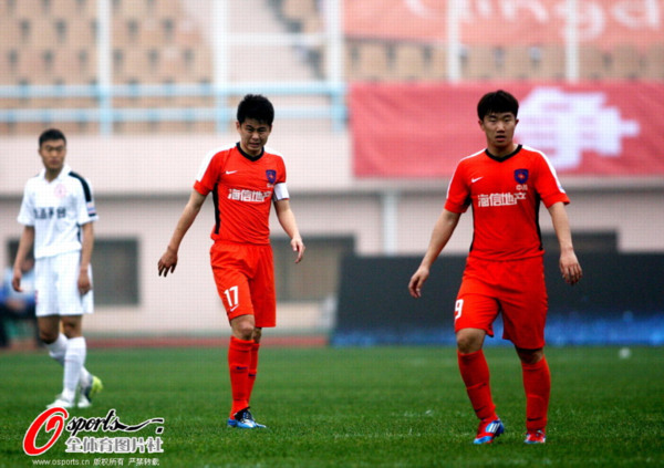 图文:[中超]中能0-1人和 队长刘健和朱世玉
