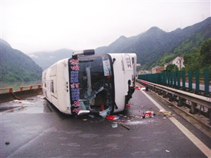 客车高速路上侧翻,致5人受伤