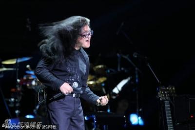刘欢也摇滚了 黑头发,甩起来!(组图)图片