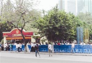 球迷排着长队购买亚冠球票。