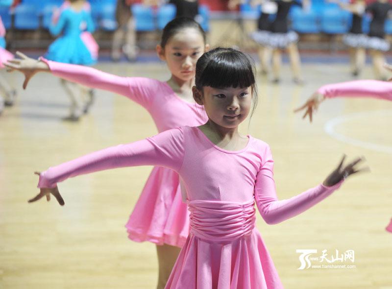 乌鲁木齐市首届体育舞蹈锦标赛开赛(组图)