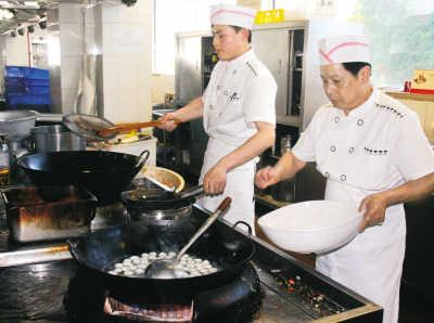那些 金牌/厨师正在炒菜