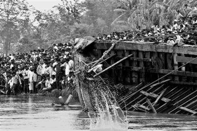 5月1日,在印度东北部阿萨姆邦,人们将一艘沉船的部分残骸拖到岸边。印度警方称,沉船事故已经造成105人丧生。