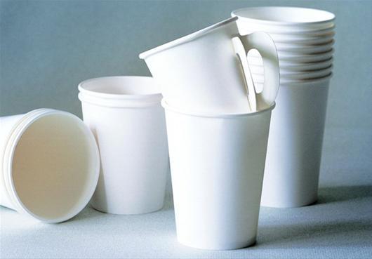 三峡晚报讯 悬空三年多的纸杯国家标准即将落地,新国标有望于6月1日正式实施。   新国标从根本上对纸杯的原材料、添加剂、制品、包装、印刷等提出了高于行业标准的要求。新标准对纸杯的杯口和杯底印刷位置有严格规定,杯口距杯身15毫米内、杯底距杯身10毫米内不应印刷,这样可以避免消费者在使用一次性纸杯时误食纸杯外包装上印刷的油墨,从而提高纸杯的使用安全性。   与纸杯新国标同时发布和实施的标准还有纸碗、纸餐盒的国标,这三个纸制品的国家标准出台,结束了纸质食品包装容器产品没有国家标准的缺憾。   内容新标准规