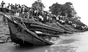 印度东北部阿萨姆邦一艘客运渡船4月30日沉没,截至5月1日,警方确认死亡105人,仍有100多人下落不明,生还希望渺茫。警方人员说,这艘渡船超载,事发时天气状况恶劣。