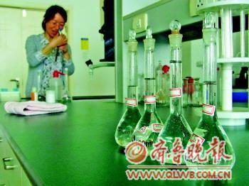 """四瓶""""珍珠""""溶液样本正在进行铬含量检测。"""