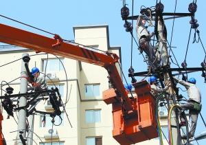 昨天上午,海淀供电公司工作人员对甘家口1号、3号、4号居民楼进行电力升级改造,为接下来开始的楼体抗震加固工程做准备。本报记者 孙�嗌�
