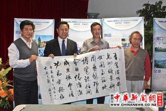廖菊华总领事右与吕振宇副部长中景曦社长左在一起亲切交流。