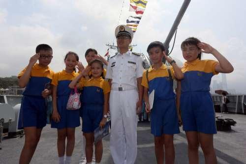 解放军军官与一群有着海军梦想的小学生。香港大公报