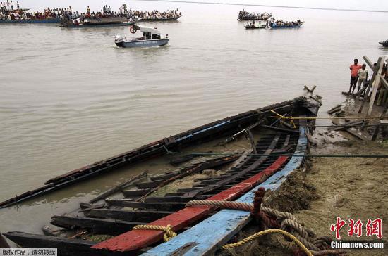 当地时间4月30日下午,距印度阿萨姆邦首府高哈蒂约280公里的布拉马普特拉河发生一起渡轮沉船事故。据当地警方称,约105人遇难,另外100多名失踪者生死不明。在印度总理辛格的直接关注下,印度国家应急救援队以及当地驻军等都已经赶到现场展开营救行动。图为当地民众打捞沉没船只。