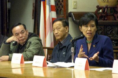 联邦众议员赵美心(右)到中华总会馆寻求侨界组织签名行动,支持她的一项法案动,防止军中凌虐。(关文杰 摄)