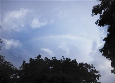 天空出现那一道彩虹_昨日,东城,大雨过后,天空出现一道彩虹 东莞时报记者 王欢 摄