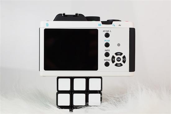 宾得K-01机身背面采用一块3英寸92万像素的LCD显示屏,简洁流畅的设计感在此也表现得淋漓尽致。