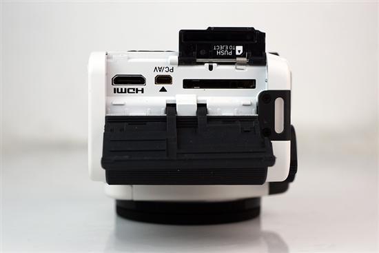 除了防滑以外,这层橡胶同时还保护着下面的存储卡插槽及各种接口。而存储卡插槽还单独有一个保护盖。