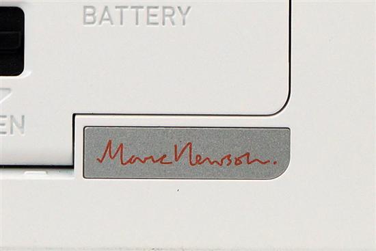 在机身底部,电池仓的的旁边,印着K-01的设计者Marc Newson的大名。