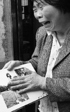 的照片,李雪琴哭得很伤心-女子讨玩资未果自杀