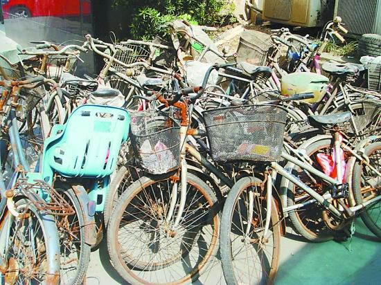 破烂不堪还占地方;社区,物业不能随意处置废旧自行车图片