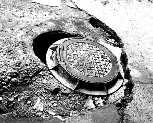 兰州电机厂幼儿园前下水井塌陷 竹帘警示危险(图)