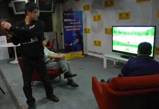 玩家在试玩联想智能电视的体感游戏