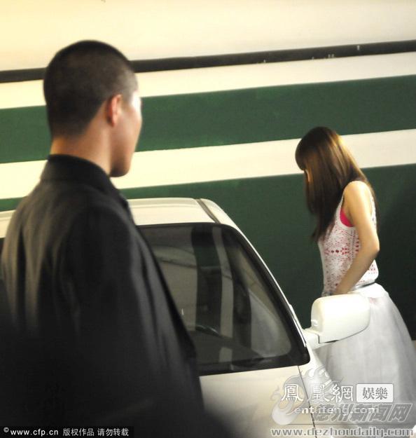李小璐整理衣服遭偷瞄图 搜狐滚动