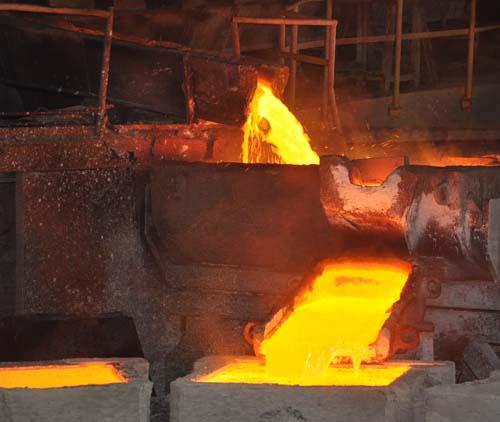 铜液浇筑成一块块阳极铜铜板