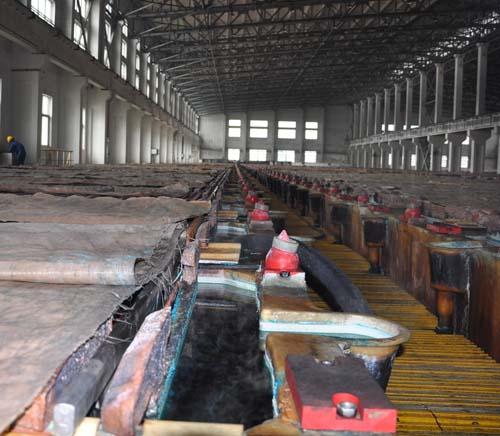 阳极铜运送到电解车间,通过电解转化成阴极铜
