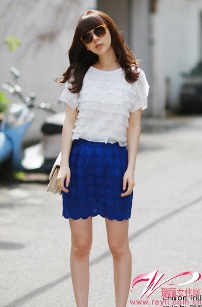 裙搭配_优雅的蓝色短裙搭配亮丽的白色上装给人带来沁人心脾的舒爽感