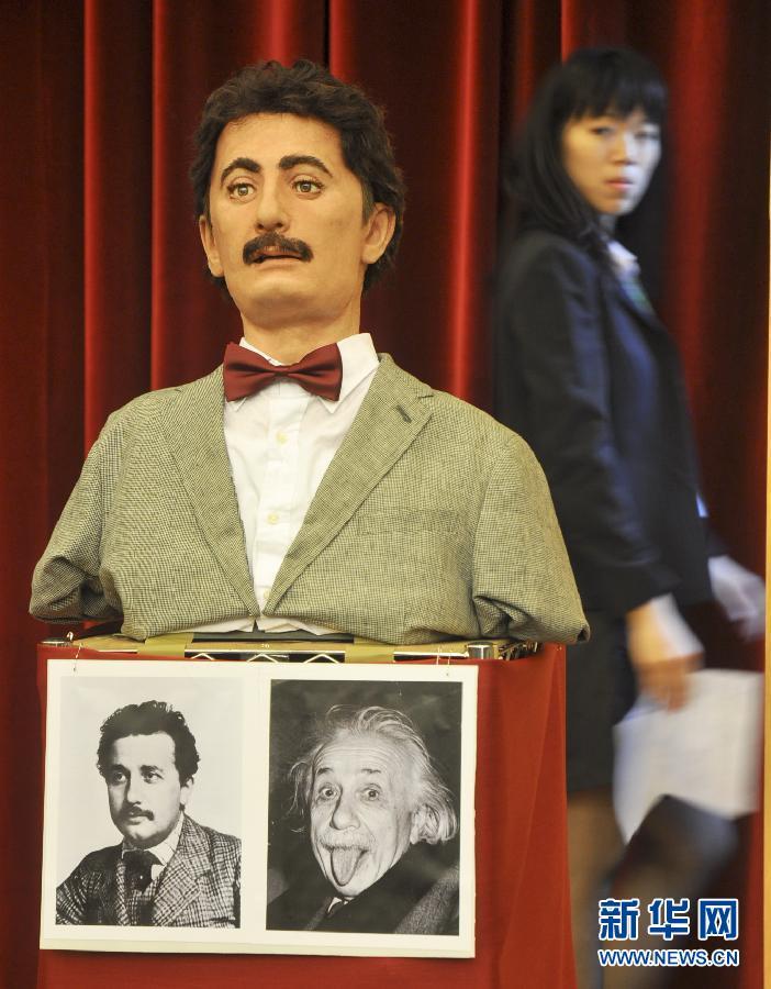 台湾大学/5月4日,仿真27岁爱因斯坦的机器人在成立大会上担任主持人。