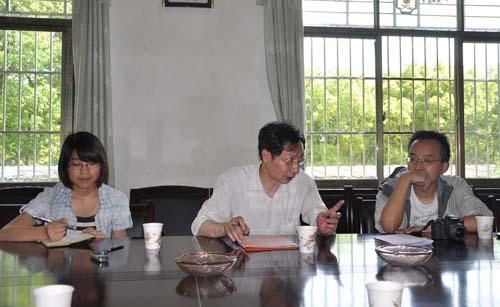 光明网副总裁吴小京(中)、新闻编辑胡连娟(左),搜狐网编辑蔡如鹏(右)在聆听基层代表的心声