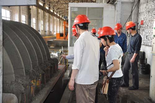 走转改报道组在永平铜矿选矿厂干燥机前采访