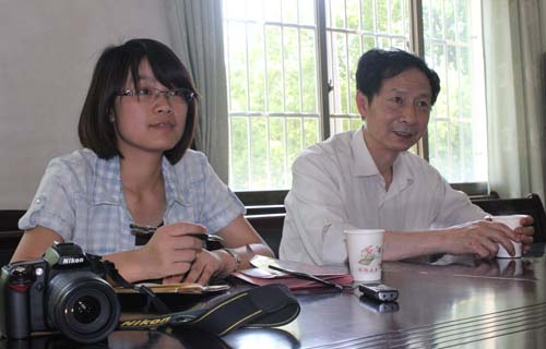 光明网副总裁吴小京(右)在永平铜矿与基层代表座谈