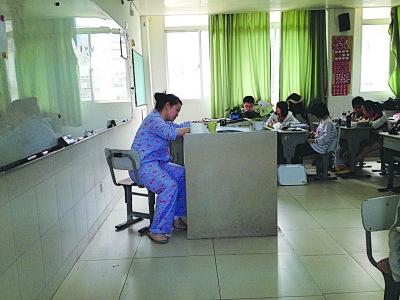 陈思璇/穿着睡衣认真授课的陈思璇老师。