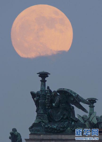 """""""超级月亮""""现身苍穹 专家称不会带来地震和火山喷发"""