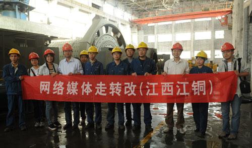 5月5日,走转改报道组在永平选矿厂的车间里与一线工人合影.jpg