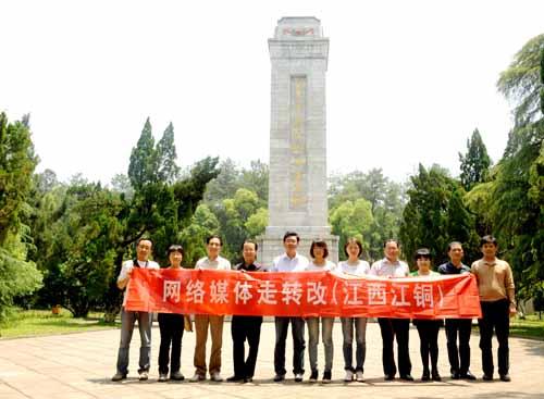 走转改报道组在上饶集中营敬献花圈,重温爱国主义教育。