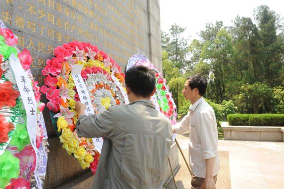 5月6日,记者在上饶集中营革命烈士纪念碑前敬献花圈