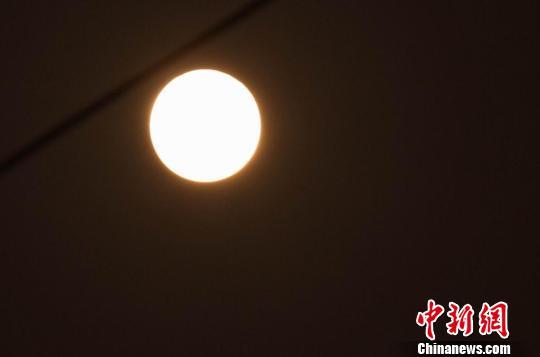"""组图:""""超级月亮""""亮相江西南昌上空"""