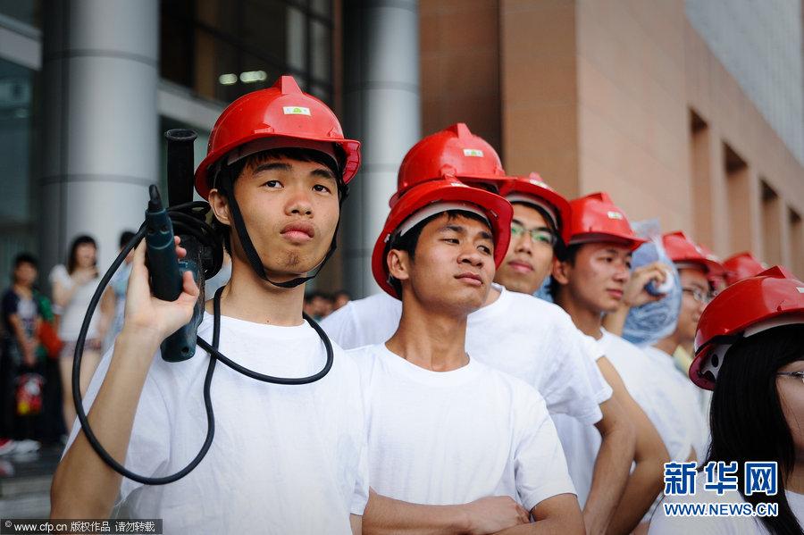"""广州:大学生拍""""农民工版""""毕业照(组图)图片"""