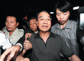 叶国一/身价百亿的英业达集团会长叶国一右二,被控以人头炒房。