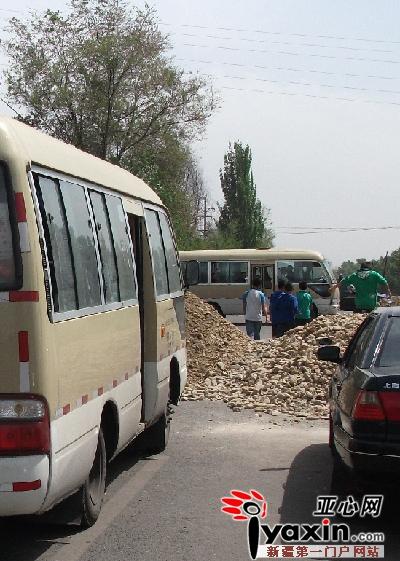 乌鲁木齐/该村9队,该队68号村民家门前的一条马路中间堆积了两大队的...