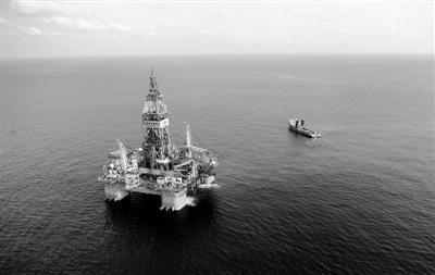 """昨日,南海水域,""""海洋石油981""""钻井平台。此次开钻水域距离香港东南320公里处。 新华社记者 金良快 摄"""