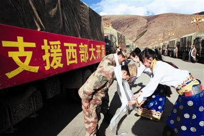 """""""红军哥""""为藏族人民送吉祥"""